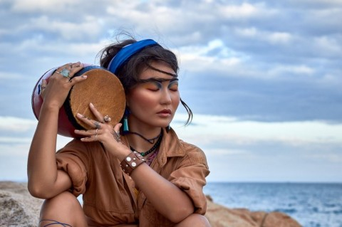 woman-shaman-with-drum-in-mountain-sea-ethnic-fashion-photoshoot-picture-id511738586