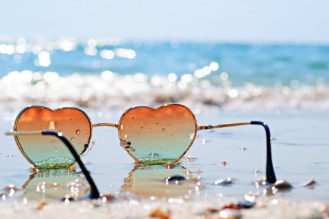 photo-of-heartshaped-glasses-on-the-beach-picture-id915689078