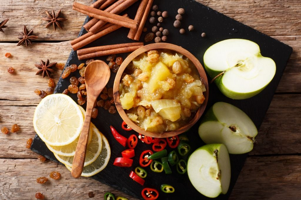 indian-cuisine-apple-chutney-with-lemon-and-spices-closeup-on-the-picture-id1041597278