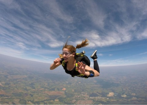 pretty-woman-skydiver-picture-id955145466