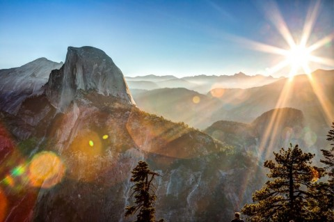 sun-rising-on-half-dome-picture-id506319316