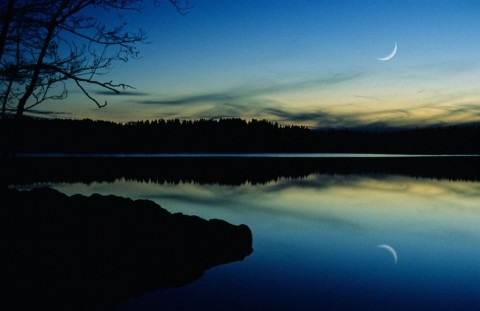 crescent-moon-on-twilight-sky-picture-id154948874