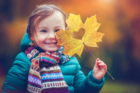 little-girl-in-autumn-park-picture-id585775228