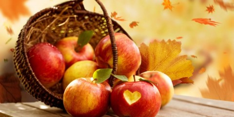 basket-with-fresh-apples-on-wooden-table-in-autumn-picture-id1148620760