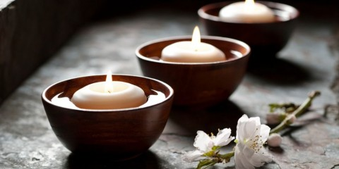 floating-candles-in-a-zen-environment-picture-id185116314