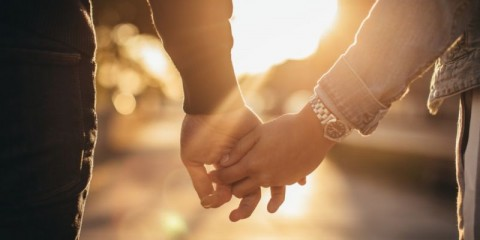 man-and-woman-holding-hands-picture-id1075564988