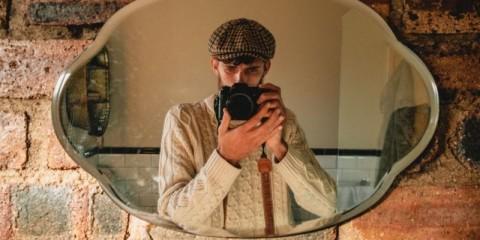 self-portrait-in-the-mirror-picture-id1169556945