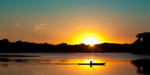 sunset-kayaking-in-lake-of-the-isles-minneapolis-minnesota-picture-id513678968
