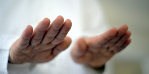 hands-close-up-reiki-master-and-massage-picture-id1089111900